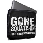 Squatchin ido (apenado) Squatch en estas maderas Funda Computadora