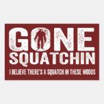 Squatchin ido (apenado) Squatch en estas maderas Rectangular Pegatina