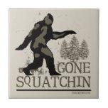 Squatchin ido azulejo cuadrado pequeño