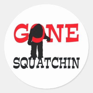 Squatchin ido Bigfoot atrapado Pegatinas Redondas