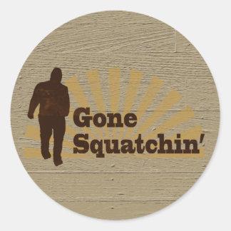 Squatchin ido Bigfoot divertido Sasquatch Etiqueta Redonda