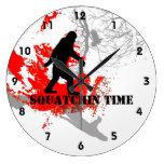Squatchin ido Bigfoot en las maderas Reloj De Pared