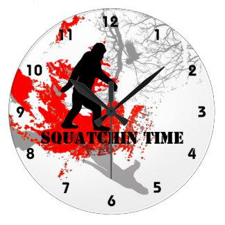 Squatchin ido Bigfoot en las maderas Reloj Redondo Grande