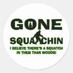 Squatchin ido Bigfoot en maderas Pegatina Redonda