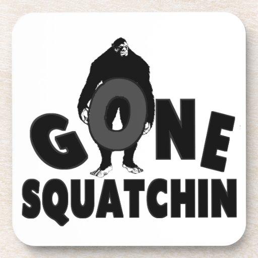 Squatchin ido - Bigfoot que llevan a cabo O Posavasos De Bebidas