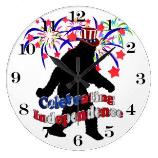 Squatchin ido - celebración de independencia reloj redondo grande