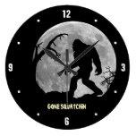 Squatchin ido con la luna y la silueta reloj redondo grande