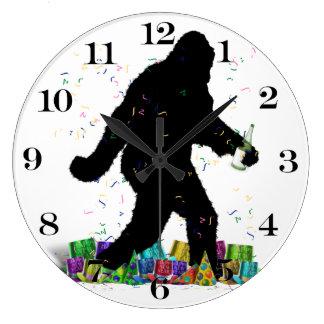 Squatchin ido en el Año Nuevo Reloj Redondo Grande