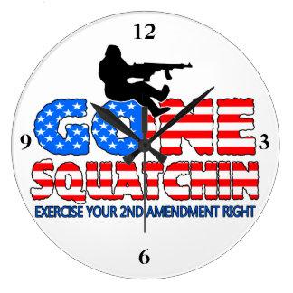Squatchin ido los E.E.U.U. Reloj Redondo Grande