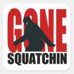 Squatchin ido - negro y rojo pegatina cuadrada