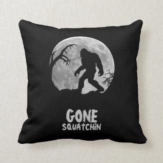 Squatchin ido, silueta del sasquatch con la luna cojín decorativo