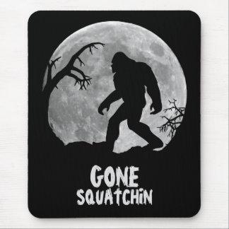 Squatchin ido, silueta del sasquatch con la luna mousepads