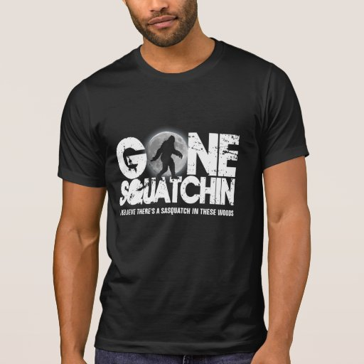Squatchin ido, silueta del sasquatch con la luna camisetas