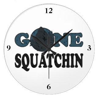 Squatchin ido Yeti en maderas Reloj Redondo Grande