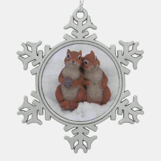 Squrrels de amor en estaño de la nieve adorno