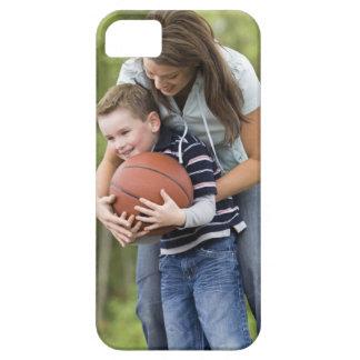 SR. madre (edad 26) que juega a baloncesto con el Funda Para iPhone 5 Barely There