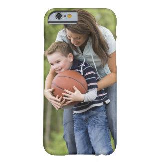SR. madre (edad 26) que juega a baloncesto con el Funda Para iPhone 6 Barely There