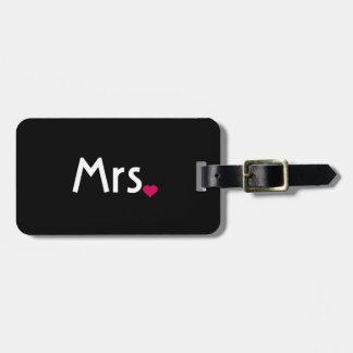 Sr. y la señora equipaje del corazón marcan con et etiquetas de equipaje