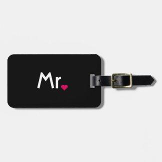Sr. y la señora equipaje del corazón marcan con et etiquetas maleta
