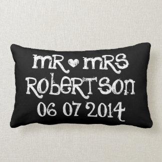 Sr. y la señora que casan la almohada lumbar para