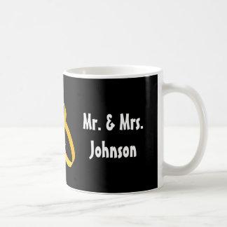 Sr. y la señora taza del boda con los anillos de o
