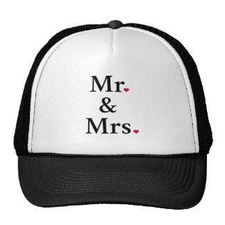 Sr. y señora con dos corazones rojos gorros bordados