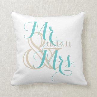 Sr. y señora con la fecha del boda almohadas