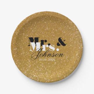 Sr. y señora del brillo del oro que casan las platos de papel