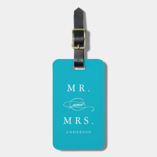Sr. y señora en etiqueta del equipaje de la