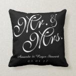 Sr. y señora negros y blancos Wedding Pillow Cojin