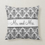Sr. y señora Newlywed Pillow - blanco y negro Almohadas