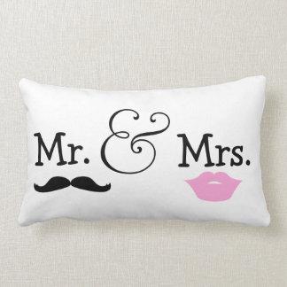 Sr. y señora novia y regalo de boda del novio almohadas