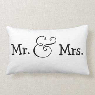 Sr. y señora novia y regalo de boda del novio cojín