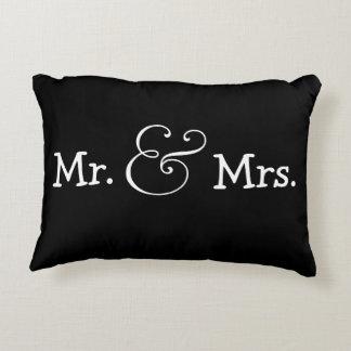 Sr. y señora novia y regalo de boda del novio cojín decorativo