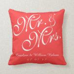 Sr. y señora rojos coralinos Wedding Pillow Cojin