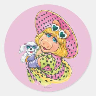 Srta. Piggy Holding Puppy Pegatina Redonda