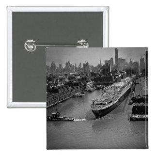 SS Estados Unidos en el embarcadero en New York Ci Pin Cuadrado