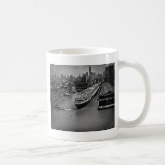 SS Estados Unidos en el embarcadero en New York Taza Clásica