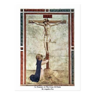 St Dominic en la cruz de Cristo por Angelico Fra Postal