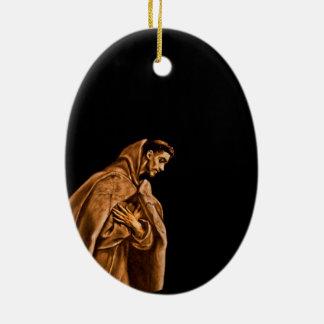 St Francis que se arrodilla en rezo Adorno Navideño Ovalado De Cerámica