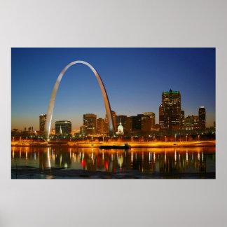St. Louis Missouri en el Mississippi por noche Posters