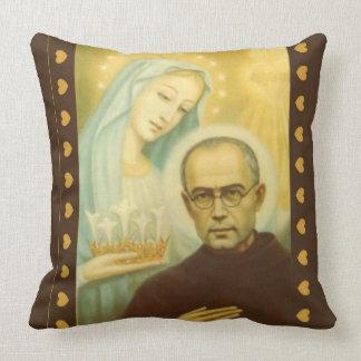 St. Maximillian Kolbe con Virgen María y la corona Cojín Decorativo