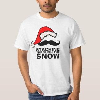 Staching a través de la camisa de la nieve