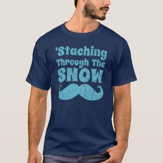 Staching a través de la camiseta divertida del