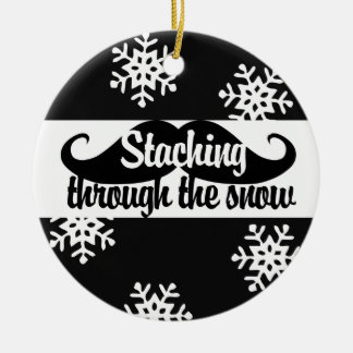 Staching a través de la nieve adorno navideño redondo de cerámica