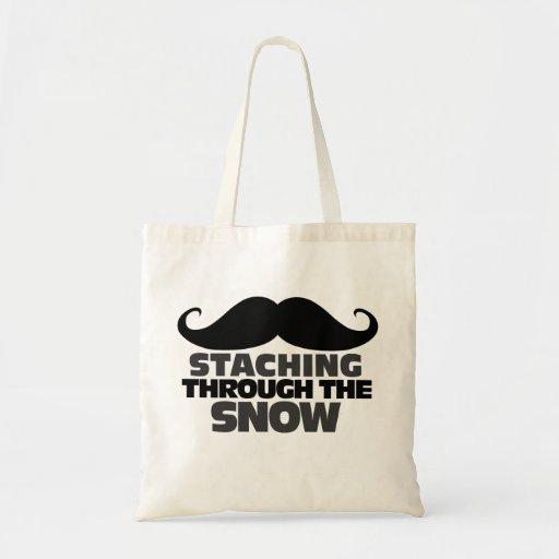 Staching a través de la nieve bolsas de mano