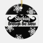 Staching a través de la nieve ornamento para arbol de navidad