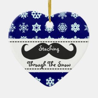 Staching a través de la nieve en el navidad adorno navideño de cerámica en forma de corazón