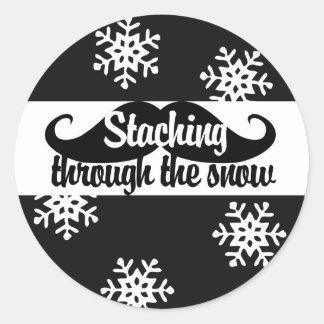 Staching a través de la nieve pegatina redonda