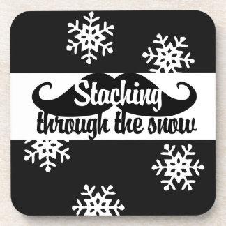 Staching a través de la nieve posavasos de bebida